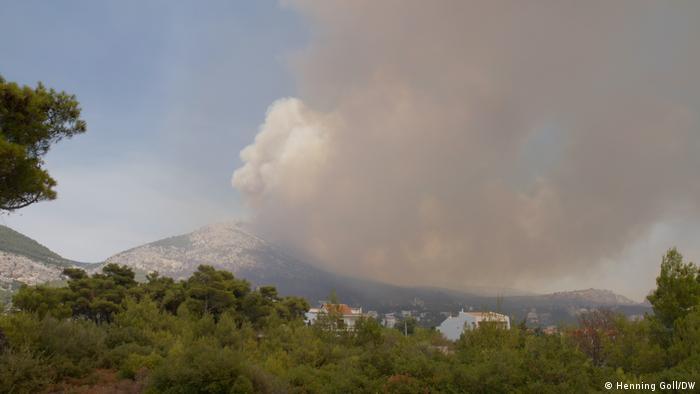 Incendio forestal a las puertas de Atenas: Una ráfaga de viento y todo arde de nuevo.