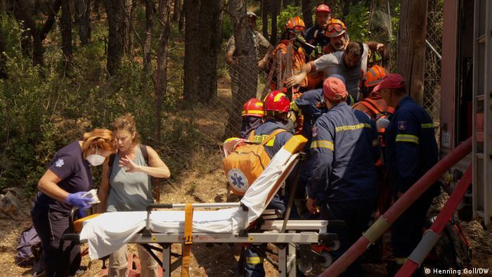 Rescate y atención de heridos cerca de Atenas: la evacuación es lo único que ha funcionado.