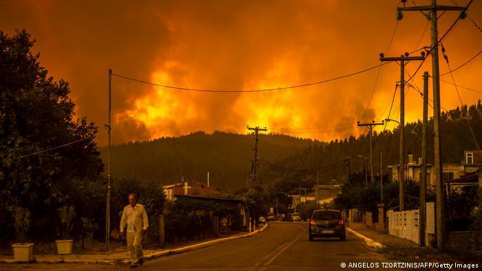 Yunanistan'ın Eğriboz Adası'ndaki yangına müdahale sürüyor
