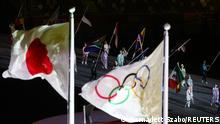 Tokyo 2020 Olympics - The Tokyo 2020 Olympics Closing Ceremony - Olympic Stadium, Tokyo, Japan - August 8, 2021. The Japanese flag flies next to the Olympic flag at the beginning of the ceremony REUTERS/Bernadett Szabo