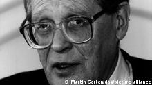 Der russische Duma-Abgeordnete SERGEI KOWALJOW (aufgenommen am 9. Februar 1995 in Bonn) ist der erste Preisträger des neuen Internationalen Nürnberger Menschenrechtspreises. Kowaljow erhält die mit 25 000 Mark dotierte Auszeichnung am 17. September auch stellvertretend für die vier anderen russischen Abgeordneten, die mit ihm im vergangenen Winter in der umkämpften tschetschenischen Hauptstadt Grosny trotz persönlicher Risiken Verletzungen von Menschenrechten dokumentierten.