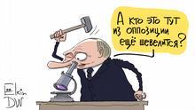 Karikatur darf nur von DW genutzt werden! Russischer Präsident Wladimir Putin hält einen Hammer in der Hand und gleichzeitig schaut in ein Mikroskop: Wer bewegt sich noch von der Opposition?