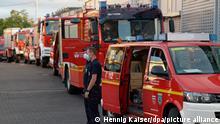 Feuerwehrfahrzeuge und Feuerwehrleute sammeln sich in den Morgenstunden an Feuerwache 1, um im Konvoi nach Athen zu fahren. 60 Feuerwehrleute und Hilfskräfte machen sich aus NRW auf den Weg, um in Griechenland gegen die Flammen zu kämpfen. +++ dpa-Bildfunk +++