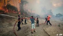 Citizens help fight wildfires in Turkey Ort: Turkei Sendedatum: 09.08.2021 Feuerwehrleute und freiwillige Helfer bekämpfen einen Waldbrand