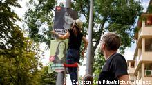 08/08/2021 Annette Unger, stellvertretende Vorsitzende der SPD-Fraktion im Berliner Abgeordnetenhaus hängt gemeinsam mit Helfern Plakate für ihre Kandidatur bei der Abgeordnetenhauswahl 2021 auf. Sieben Wochen vor den Wahlen zum Berliner Abgeordnetenhaus und zum Bundestag haben die Parteien damit begonnen, Wahlplakate aufzuhängen oder aufzustellen. +++ dpa-Bildfunk +++