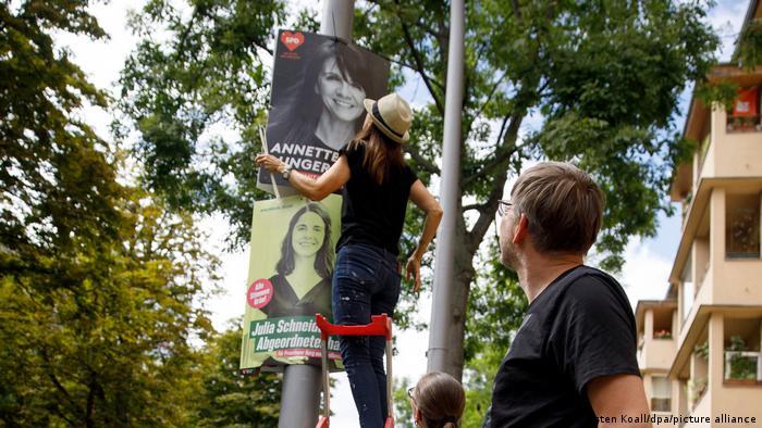 Pemasangan plakat pemilu di Berlin