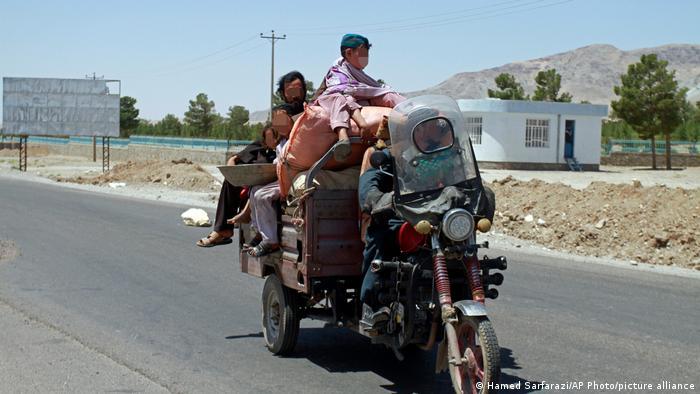 Семья афганцев спасается бегством из Герата на мотоцикле