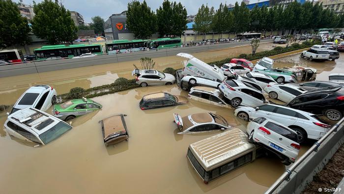 Schwimmende Autos auf einer Straße in der Provinz Henan, China