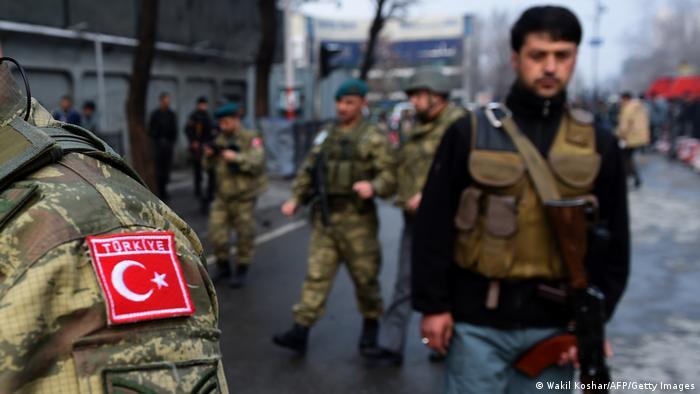 Kabil'de görev yapan Türk askerleri ve (sağda) Afgan bir polis (Foto: Arşiv)