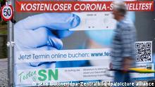 Nur wenige Menschen sind am Corona-Schnelltest-Zentrum in der Innenstadt. Nach der Lockerung der Corona-Regelungen und wegen der geringen Fallzahlen werden die zahlreichen Testzentren in Mecklenburg-Vorpommern nicht mehr so stark besucht. Einige Zentren haben ihren Betrieb bereits wieder eingestellt.