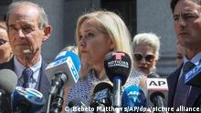 Virginia Roberts Giuffre spricht im Fall Epstein mit Journalisten vor einem Gericht in Manhattan. Die US-Amerikanerin Giuffre behauptet, sie sei als 17-Jährige (als sie noch Roberts hieß) dreimal zu Sex mit Prinz Andrew gezwungen worden. +++ dpa-Bildfunk +++