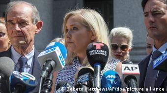 فيرجينيا جوفري تتهم الأمير أندرو بالاعتداء الجنسي عليها حين كانت قاصراً.