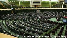 Mitglieder des iranischen Parlaments nehmen an der Vereidigungszeremonie des neuen iranischen Präsidenten im Parlament teil. +++ dpa-Bildfunk +++