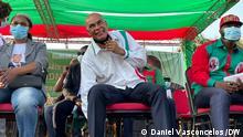 Bildbeschreibung: UNITA-Führer hält den Schwarzen Hahn hoch, das Symbol der größten Oppositionspartei Angolas 07.08.2021 Wo wurde das Bild aufgenommen: Benguela (Angola)