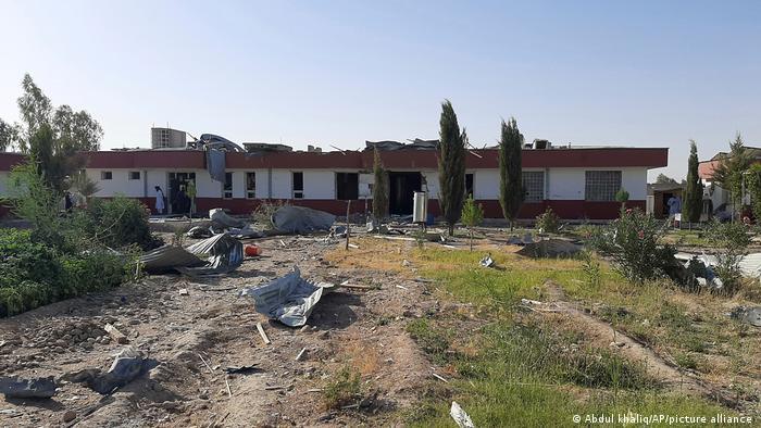 Un bombardeo aéreo destruyó el 8 de agosto un hospital y una escuela en Lashkar Gah. Hubo víctimas mortales en la población civil.