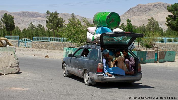 Una familia de exmilitares de la OTAN empaca sus cosas en un automóvil para huir de Herat.