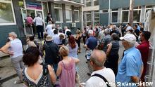 Lange Schlangen vor den Impfzentren in Skopje und anderen Städten in Nordmazedonien. Die Angst vor einer neuen Corona-Welle geht um.