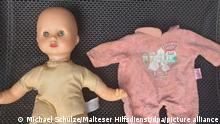 Eine gereinigte Puppe, die Michael Schulze, Zugführer des Malteser Hilfsdienstes aus dem niedersächsischen Georgsmarienhütte im Flut-Katastrophengebiet in einem Gebüsch in Dernau an der Ah (Rheinland-Pfalz ) an der Ahr gefunden hatte (undatierte Aufnahme). Malteser und Polizei suchen nun nach der «Puppen-Mutti». +++ dpa-Bildfunk +++