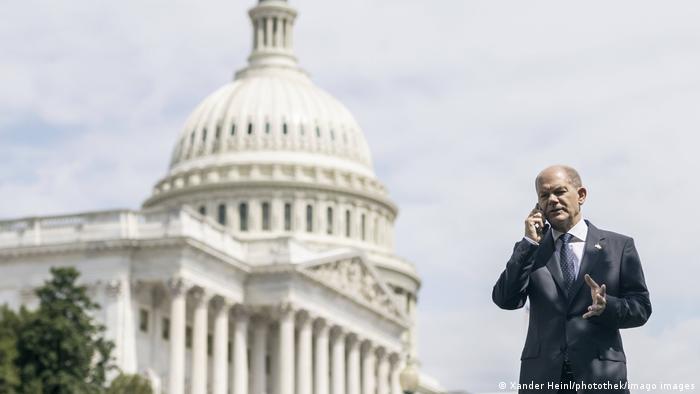 Bundesfinanzminister Olaf Scholz telefoniert vor Capitol in Washington