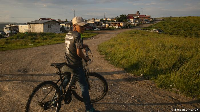 Un joven con una bicicleta en el vertedero de Pata Rat