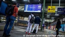 11.08.2021 *** Fahrgäste blicken am frühen Morgen auf die Abfahrtstafel am Stuttgarter Hauptbahnhof. Die Lokführergewerkschaft GDL hat ihre Mitglieder zum Streik bei der Deutschen Bahn aufgerufen.