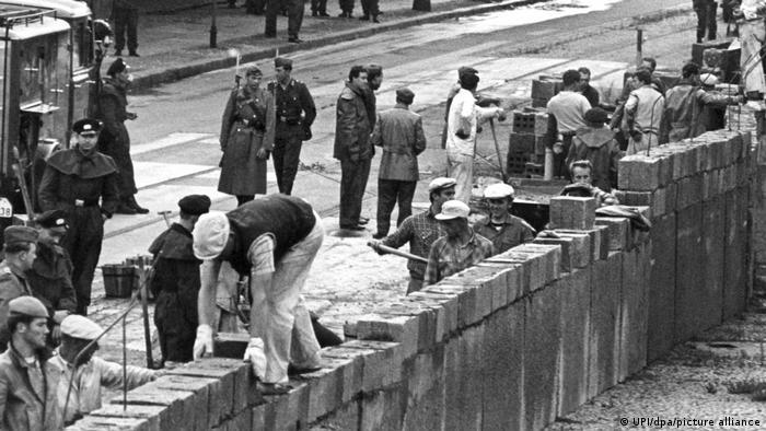 Duvar, Doğu Alman güvenlik güçlerinin gözetimi altında inşa edildi