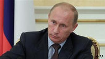 Russian Prime Minister Vladimir Putin chairs a Cabinet meeting, Moscow, Monday, Aug. 9, 2010. Putin said Monday that this year's wheat harvest will be off more than a third, down to 60 million tons. He said in televised remarks that his government will not lift its ban on wheat exports until the end of the year (AP Photo/RIA Novosti, Alexei Druzhinin, Pool) Moskau Smog Waldbrände Putin