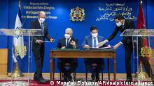 11.08.2021 Nasser Bourita (2.v.r), Außenminister von Marokko, und Jair Lapid (2.v.l), Außenminister von Israel, unterzeichnen Kooperationsabkommen zwischen den beiden Ländern. Israels Außenminister Lapid hat erstmals seit Wiederaufnahme der vollen diplomatischen Beziehungen zu Marokko das nordafrikanische Land besucht. Israels Regierung sprach von einem «historischen Besuch». +++ dpa-Bildfunk +++