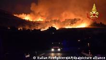Das von der italienischen Feuerwehr veröffentlichte Foto zeigt einen Brand im Norden der Gebirgskette Madonie in der Nähe von Palermo in den frühen Morgenstunden, während die Region weiter von zahlreichen Waldbränden heimgesucht wird. Sizilien, Sardinien, Kalabrien und auch Mittelitalien, wo rekordverdächtige Temperaturen erwartet werden, wurden von Waldbränden schwer getroffen. +++ dpa-Bildfunk +++