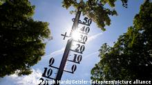 Warme Luft aus dem Mittelmeerraum sorgt für eine Hitzewelle in Deutschland. Das Thermometer kletterte vereinzelt auf sommerliche Temperaturen von über 30 Grad. Der Deutsche Wetterdienst (DWD) erwartet für die kommenden Tage Hitzegewitter. (Themenbild, Symbolbild) Köln, 19.06.2021