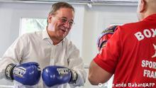 Armin Laschet (CDU), Ministerpräsident des Landes Nordrhein-Westfalen und Kanzlerkandidat der CDU, boxt bei einem Besuch im Boxcamp Gallus gegen einen Trainer. In dem Boxcamp trainieren Kinder und Jugendliche. Im Vordergrund des pädagogischen Konzepts steht die Förderung und Integration der Jugendlichen, die nur bei guten schulischen Noten in den Ring steigen dürfen. Laschet hat mit einwöchiger Verzögerung seine Wahlkampftour begonnen. +++ dpa-Bildfunk +++