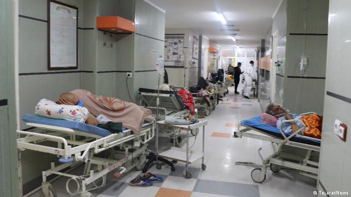 علیرغم تلاشهای شبانهروزی کادر پزشکی، هجوم بیوقفه بیماران سیستم درمانی در ایران با چالش روبرو کرده است. تقریبا در تمامی شهرهای ایران در بیمارستانها تخت خالی برای پذیرش بیمار وجود ندارد .
