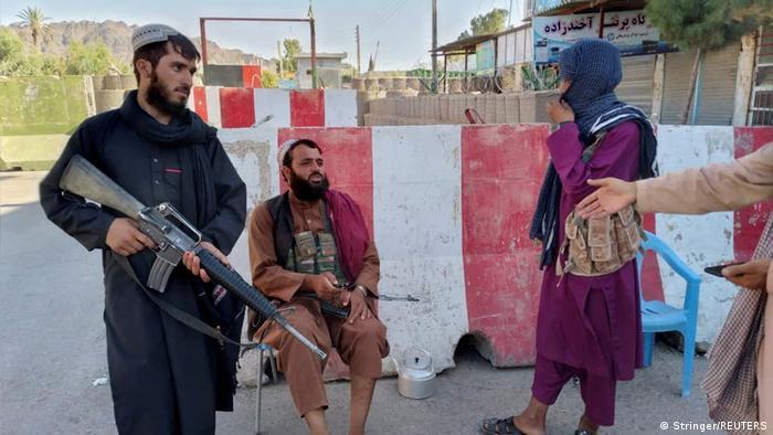Afghanistan kämpfe l Taliban Kämpfer am Kontrollpunkt in Farah