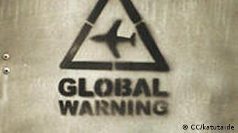 Schild mit Klimawarnung (Foto: CC/katutaide)