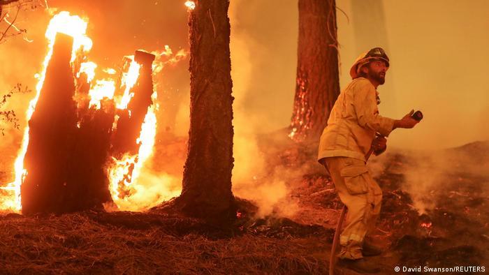 Ein Feuerwehrmann bekämpft den Dixie-Waldbrand bei Taylorsville, Kalifornien, USA.