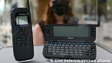 Zwei Exemplare des «Nokia 9000 Communicator» sind am Eingang des Frankfurter Museums für Kommunikation zur Online-Ausstellung «Smartphone.25 - Erzähl mal!» in einer Vitrine ausgestellt. Am 15. August war die Geburtsstunde des ersten Smartphones, als der Communicator als erstes internetfähiges Mobiltelefon auf den Markt kam. Das Museum hatte Menschen 25 Jahre nach der Geburtsstunde des Smartphones gebeten, alte Geräte zu schicken. Um diese, die Erlebnisse der Menschen mit den Geräten und wie sich deren Nutzung geändert hat, geht es in der Schau.