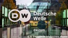 Logo Deutsche Welle an der Glastuer zum Hauptsitz des Rundfunksenders, Deutschland, Nordrhein-Westfalen, Bonn | logo of the German international broadcaster Deutsche Welle, Germany, North Rhine-Westphalia, Bonn