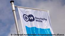 Flagge mit Logo der Deutschen Welle beim Global Media Forum zum Thema 'Shifting Powers' im ehemaligen Plenarsaal des Bundestages im World Conference Center Bonn. Bonn, 27.05.2019