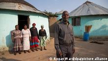 Johannes Mzobe (v.r.)und seine vier Frauen, mit denen er in Kwa Madlala in Südafrika in einer polygamen Ehe lebt, aufgenommen am 07.09.2016. Polygamie ist in Südafrika immer noch weit verbreitet. Schätzungen zufolge leben Hunderttausende Menschen in polygamen Ehen, vor allem innerhalb der größten Volksgruppe des Landes, den rund 11 Millionen Zulus. Foto: Rogan Ward/dpa (zu dpa «Lieber vier Frauen als nur eine: Polygamie in Südafrika» vom 29.09.2016) ++