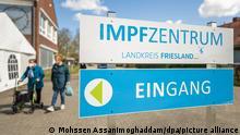 """25.4.2021, Zwei ältere Damen gehen vor dem Impfzentrum Landkreis Friesland entlang. Eine Mitarbeiterin des Impfzentrums Landkreis Friesland soll in sechs Fällen Biotech-Impfstoff durch eine Kochsalzlösung ausgetauscht haben. (zu dpa """"Kochsalzlösung statt Biontech: Krankenschwester gesteht Austausch"""") +++ dpa-Bildfunk +++"""