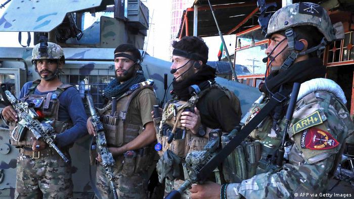 Afghanistan Afghanische Sicherheitskräfte stehen am 12. August 2021 in Herat am Straßenrand Wache