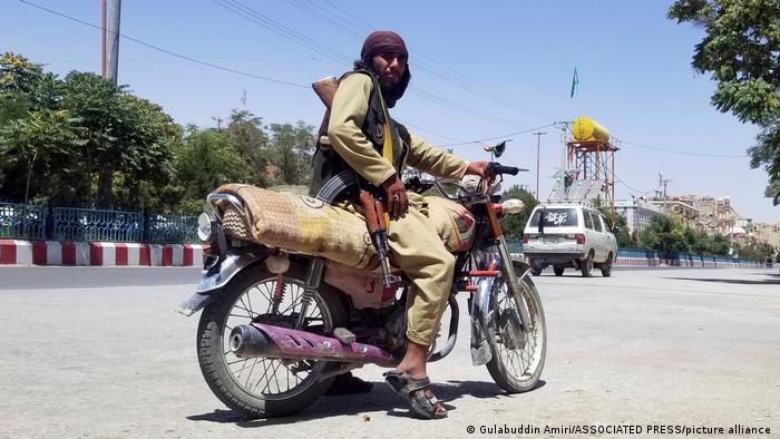 Afghanistan Taliban-Kämpfer posiert mit seinem Motorrad