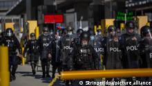 Mitglieder der US-Grenzschutzbehörde CBP nehmen an einer Übung am Grenzübergang San Ysidro teil unter anderem mit dem Ziel, einen potenziellen illegalen Ansturm von Migranten zu verhindern. Ein Tag vorher hatte der frühere US-Präsident Trump angesichts der Politik seines Nachfolgers Biden vor einer Krise beispiellosen Ausmaßes an der Südgrenze zu Mexiko gewarnt. Derzeit würden Rekordzahlen illegaler Grenzübertritte vermeldet, aber es werde bald noch «viel, viel schlimmer», hatte Trump gesagt.