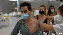 Madrid, Spanien+++Sendedatum: 13.08.2021 Drei Personen lassen sich im Madrider Zendal-Krankenhaus impfen.