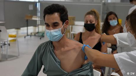 Νέοι εμβολιάζονται στη Μαδρίτη