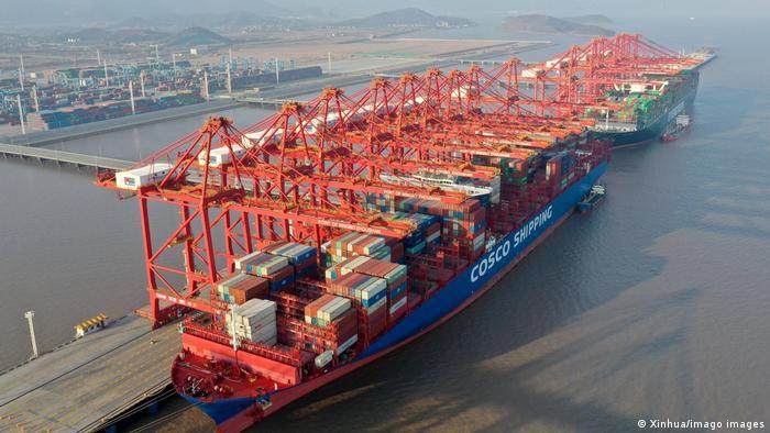 Utovar kontejnera na brod u kineskoj luci Ningbo-Zhoushan