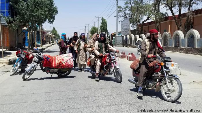 So können auch Sieger aussehen: Taliban patrouillieren auf kleinen Motorrädern in der Stadt Ghasni