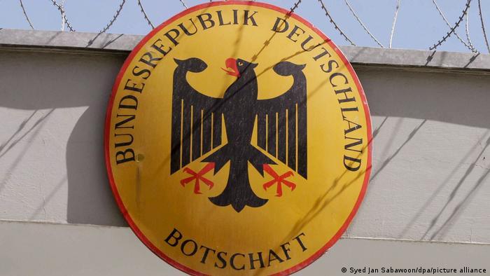 Escudo alemán en la embajada alemana en Kabul, cerrada desde el sábado.