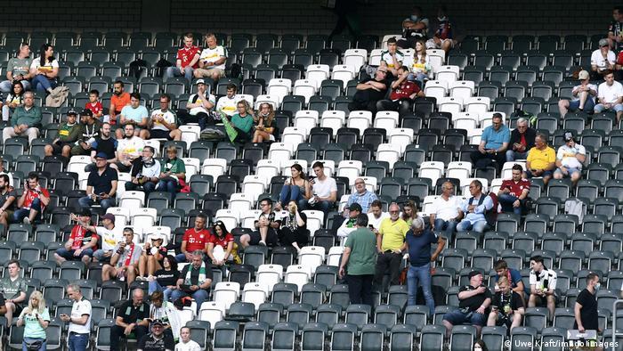 Arquibancadas semivazias de partida da Bundesliga