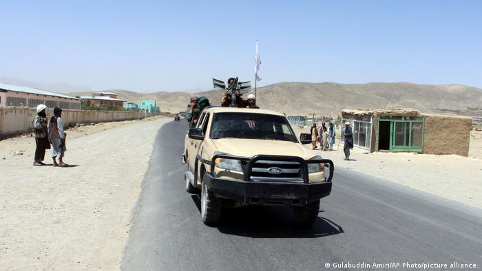 Talibanes patrullan Ghazni a bordo de una camioneta Ford.